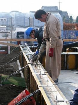 20111214コンクリート流して混ぜる.jpg